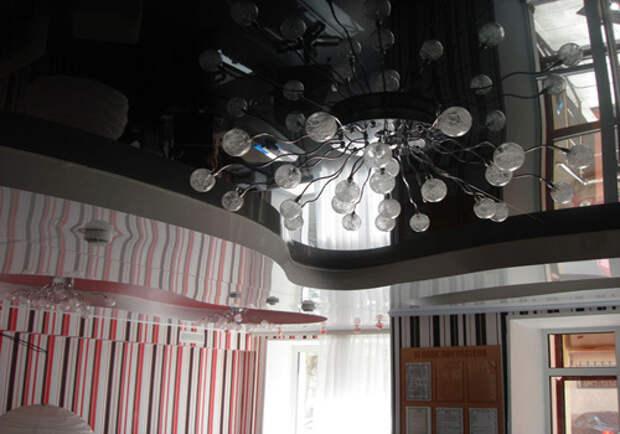 Черный глянцевый натяжной потолок: фото №2