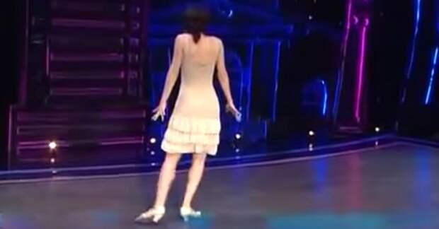 Она повернулась к судьям спиной. Обрати внимание на ее ноги, когда заиграет музыка!