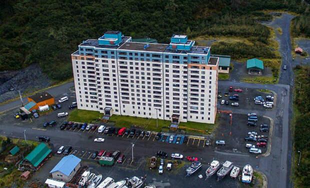 Все жители города решили переехать жить в одно здание, оно самое большое на Аляске