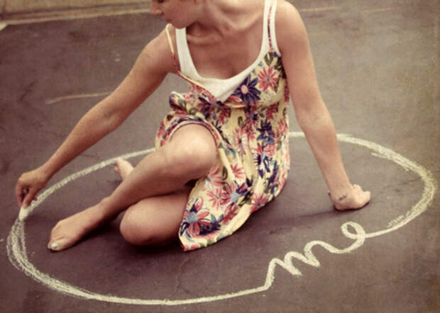 девушка обводит вокруг себя мелом круг