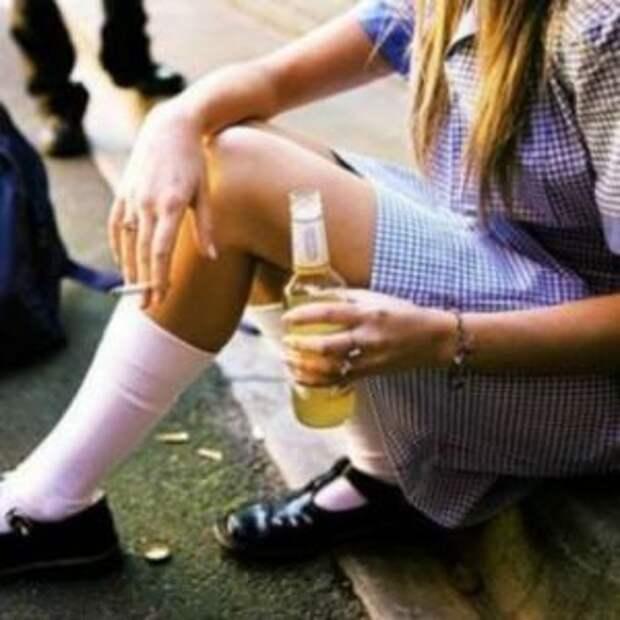 Девушка пьет пиво и курит