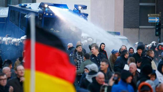 Митинг в Кельне разогнали водометами