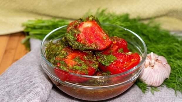 Фото к рецепту: Закуска из помидоров с чесноком и зеленью