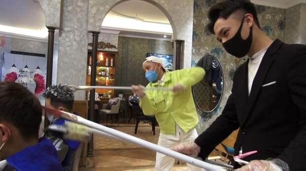 В метре друг от друга. Китайские парикмахеры делают стрижки при ...