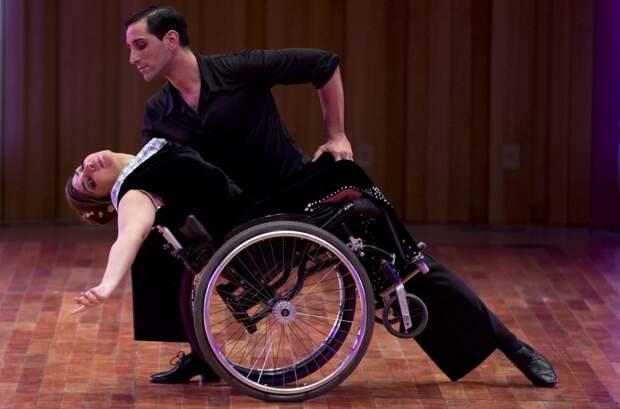 Аргентинский танцор Пабло Рафаэль Перейра и его партнёрша Габриэла Фернанда Торрес выступают на Чемпионате мира по танго в Буэнос-Айресе, Аргентина, 21 августа 2015 года. 37-летняя Торрес была парализована в возрасте двух лет после автокатастрофы, но это не помешало ей овладеть искусством танца.