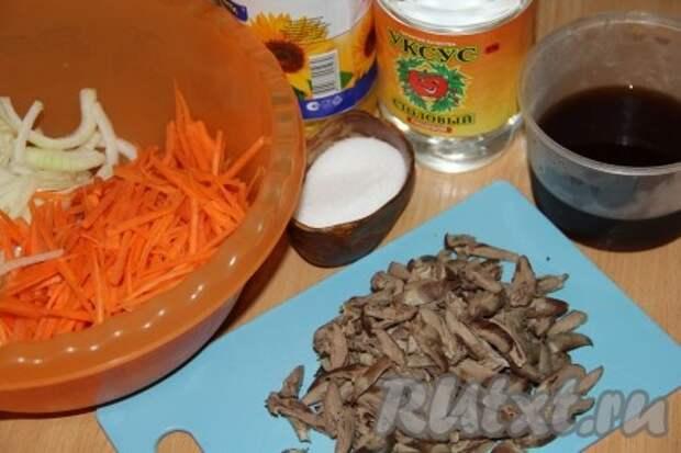 Морковь нашинковать с помощью тёрки для корейской моркови. Сердечки нарезать соломкой.