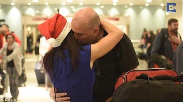 Трогательное видео воссоединение семей на Рождество в аэропорту Хитроу