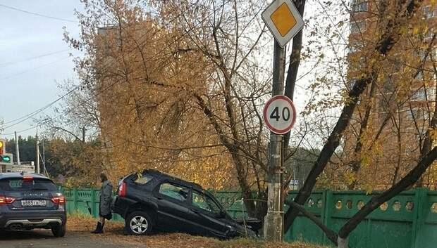 Иномарка вылетела в кювет на одном из перекрестков Подольска