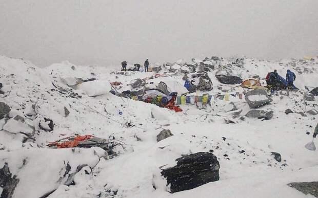 Эверест Месторасположение: Непал, Китай. Гималаи Высота: 8 848 м Эверест – это современная Голгофа. Каждый, кто наберется смелости и решит забраться на дышащую могильным холодом гору, знает – шанс вернуться может и не выпасть. Об этом непременно напомнят тела тех, кому уже не суждено спуститься. Из более чем 7 тысяч поднявшихся на Эверест официально считаются погибшими около 250 человек. В процентном соотношении эта цифра не так велика, но статистика перестает успокаивать и оборачивается кошмаром наяву тогда, когда поднимаешься и видишь тела тех, кто тоже верил в свою неуязвимость.