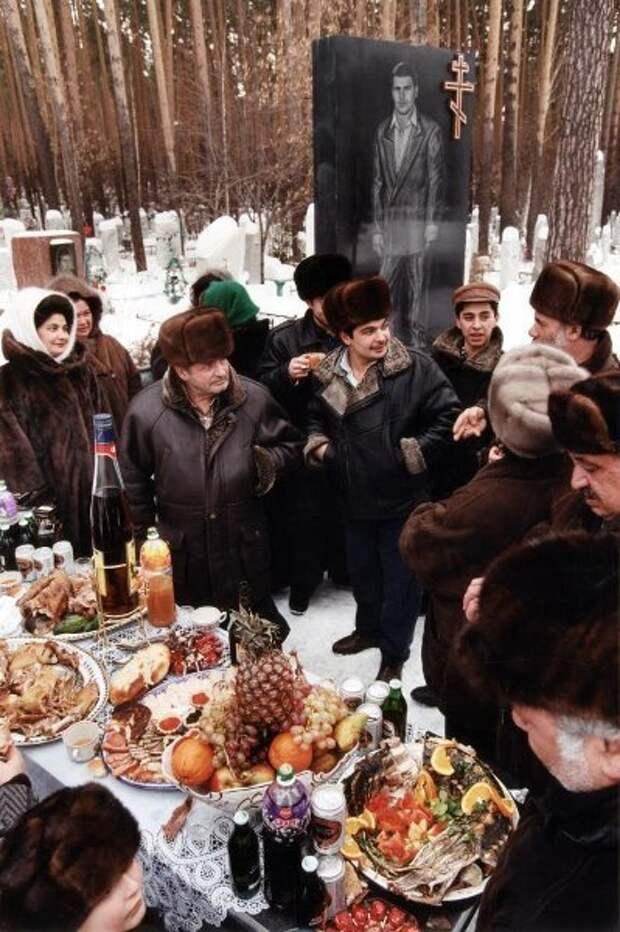 Поминки на кладбище. Евгений Кондаков, 1989 - 1993 год, из архива МАММ/МДФ.
