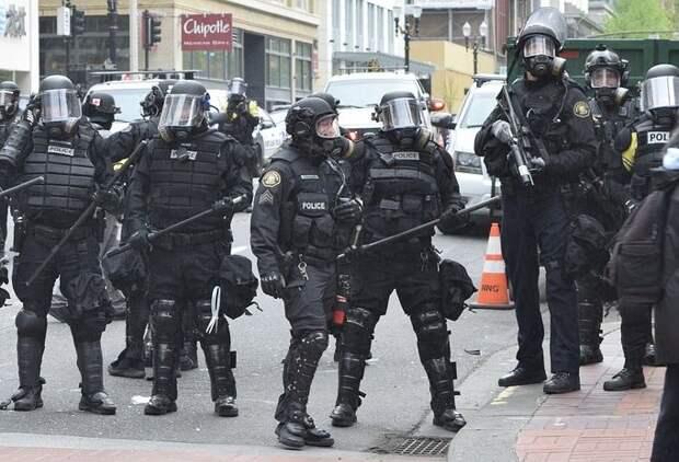Протестующие в США подожгли офис Ассоциации полиции в Портленде