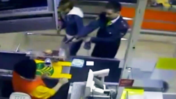 Скриншот с камеры видеонаблюдения супермаркета. 27 апреля 2009 года. Фото: Пресс-служба ГУ МВД РФ по г. Москве / РИА Новости