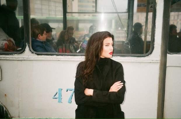 Мисс Россия – 2015 и Первая вице-мисс мира София Никитчук устроила фотосессию на екатеринбургских улочках в стиле 90-х.