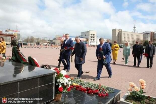 Владимир Константинов почтил память жертв фашистского террора в Евпатории