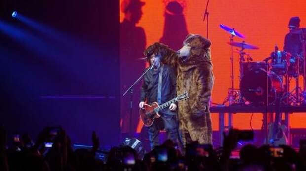 В Белгороде Лева из «БИ-2» выступил в костюме медведя