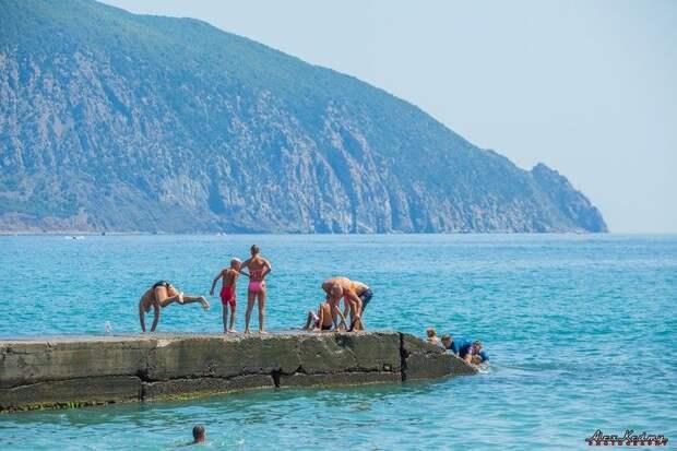 В Гурзуфе пляжи забиты туристами: 5 ярких фото Крыма в августе