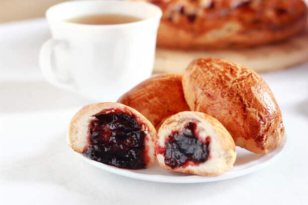 Пирожки с брусникой и маком