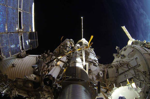 Космонавты сообщили о дыме и запахе гари в российском модуле МКС