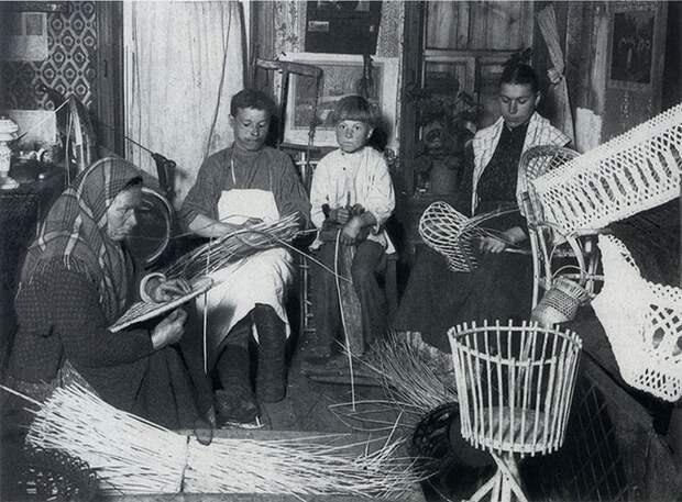 Семья за плетением корзин.