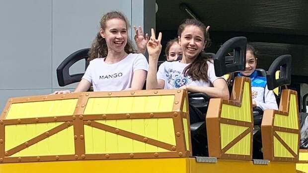 Валиева, Хромых, Акатьева и Петросян посетили аттракционы в «Сочи Парке» и прокатились на «Змее Горыныче»: фото