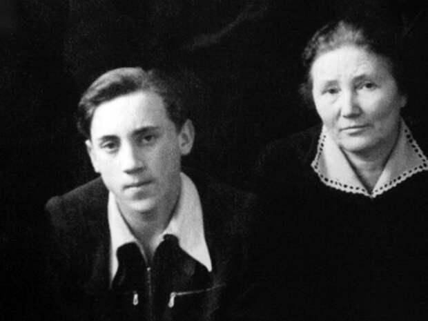 Владимир Высоцкий с учительницей в 9«в» классе московской школы № 165, 1954 год