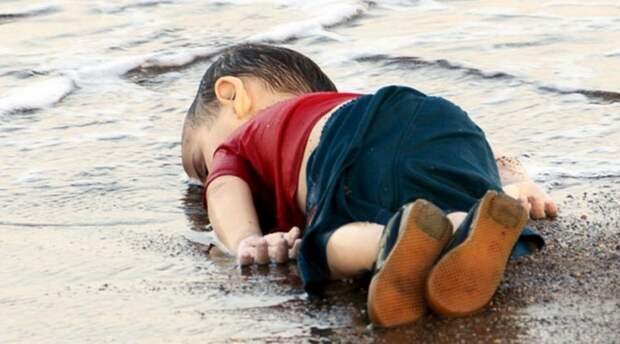 Фотография ребенка, лежащего на берегу, переполнила чашу терпения активистов и правозащитников, которые уже давно требуют от властей европейских стран помочь сирийцам, бегущим от гражданской войны в своей стране.