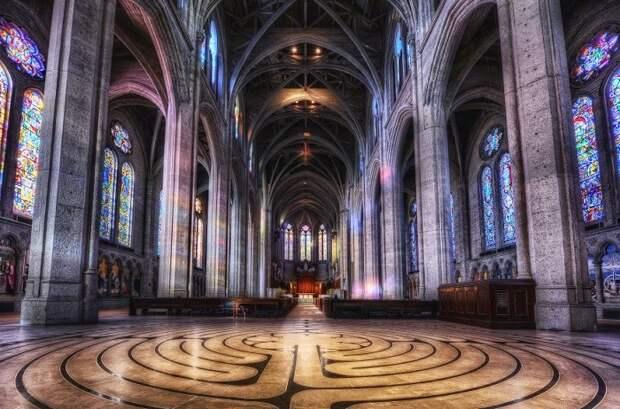 Инсталляция из тысячи разноцветных атласных лент в соборе Грейс подбирались специально под многочисленные витражи, чтобы гармонировать с внутренним убранством собора.