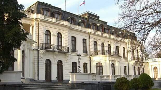 Стены посольства России в Праге облили кетчупом, задержаны семь человек