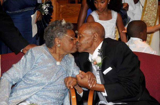 Этим людям по 85 лет. 48 лет тому назад они развелись, а сейчас вот снова решились пожениться