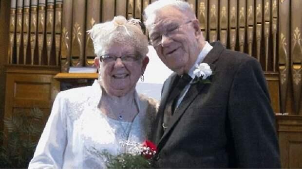 75 лет назад они впервые поцеловались. Много лет были вместе. и вот наконец женятся. Так что устроить свадьбу никогда не поздно