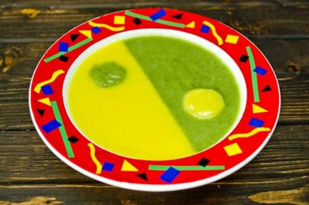 Берём небольшую ложечку для десертов и аккуратно кладём каплю зелёного супа на жёлтую половину, а каплю желтого на зелёную