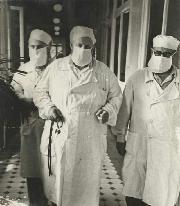 Борьба с гриппом. Из серии «Москва и москвичи» Михаил Грачев, 1959 год, г. Москва, МАММ/МДФ.