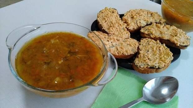 Фото к рецепту: Суп из чечевицы с курицей и гренки с начинкой: идеальный тандем