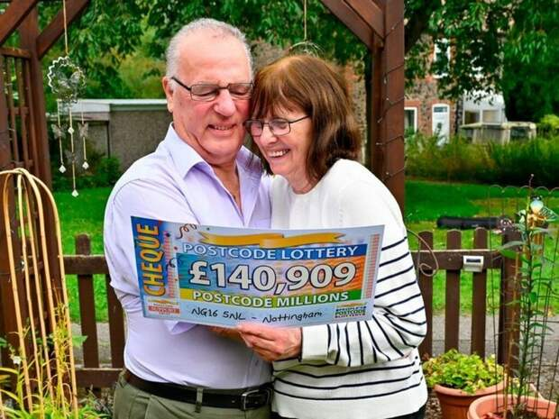 Пенсионерка выиграла в лотерею $194 тысячи и решила раздать все деньги