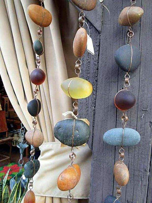 Фантастические гирлянды из небольших речных камней и проволоки.