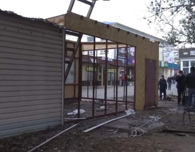 В Керчи в районе рынка «Дружба» сносят незаконную постройку