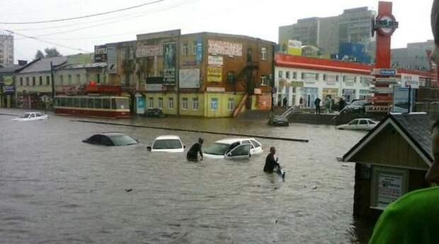 Сильный ливень затопил улицы Москвы и Курска