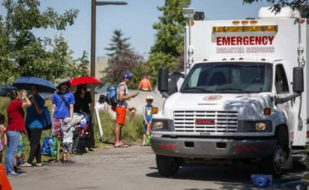 На фота: автомобиль скорой помощи Армии спасения в качестве станции охлаждения во время жары в Калгари, штат Альта, Канада 29 июня 2021 года