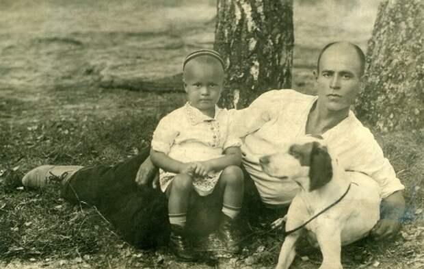 Олег Борисов с отцом в середине 30-х годов/Фото предоставлено Историко-краеведческим музеем города Приволжска