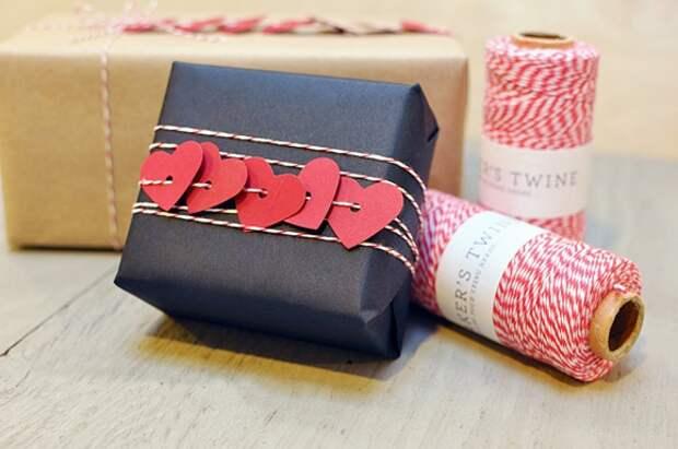 Упаковка подарка с сердечками