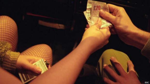 Мужчина платит проститутке