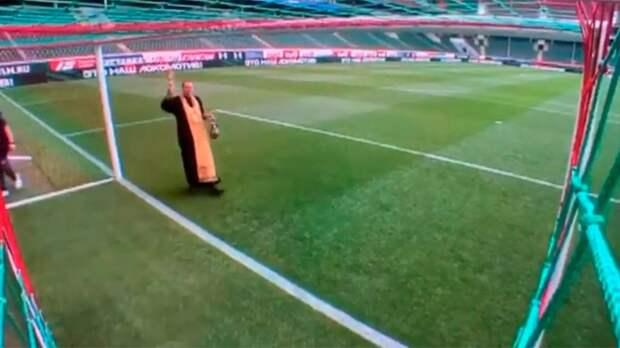 Священник освятил ворота перед матчем «Локомотив» — «Уфа»