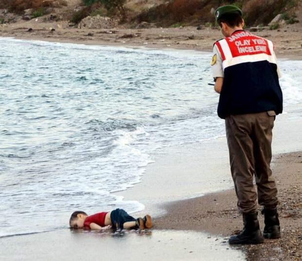 Британская газета The Independent 2 сентября опубликовала данный снимок на первой полосе, требуя в своем редакционном материале принять действенные меры для помощи беженцам.