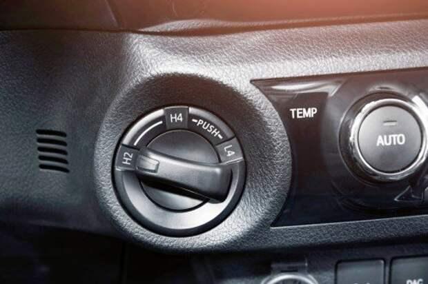 Блок управления раздаточной коробкой. Датчик температуры перегрева переднего дифференциала позволяет в зимний сезон эксплуатировать Hilux в режиме 4H без ограничений.