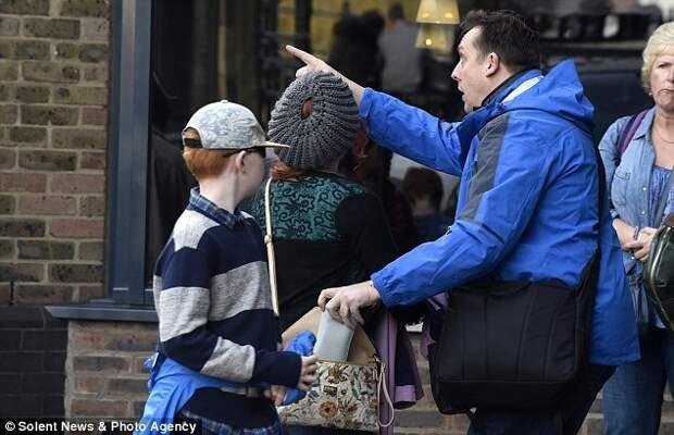 Карманник ворует дорогие айфоны, а после рассказывает жертвам, как уберечься от кражи