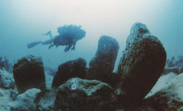 Атлит-Ям, Израиль Это одно из старейших и крупнейших среди когда-либо обнаруженных затонувших поселений. Предполагаемый возраст существования города — 7000 лет до н.э. Останки руин сохранились так хорошо, что среди строений все еще можно найти скелеты людей. Город был обнаружен в 1984 году. Каким образом город ушел под воду для ученых до сих пор остается загадкой. Исследователи выдвигают множество теорий: от цунами до постепенного повышения уровня океана из-за таяния ледников.