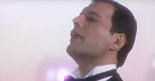 Когда Фредди Меркьюри вышел на сцену, зал замер в ожидании… Этот дуэт будет жить всегда!