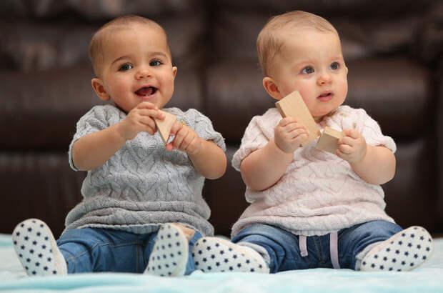 Никто не может поверить, что эти 10-месячные девочки — близняшки