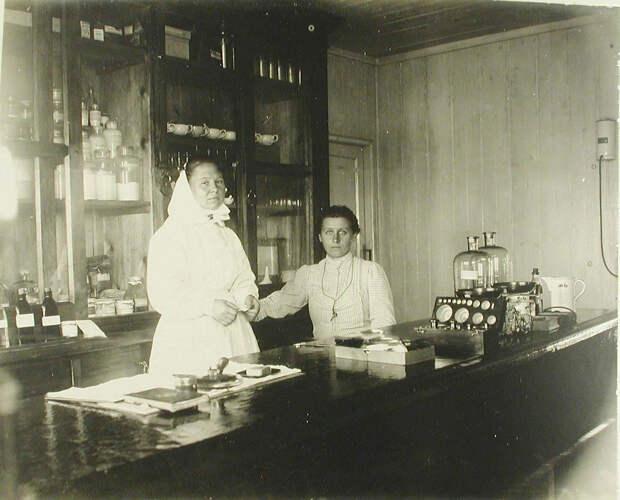 26. Медицинский персонал в аптеке баржи-лазарета Мраморного дворца. Харбин