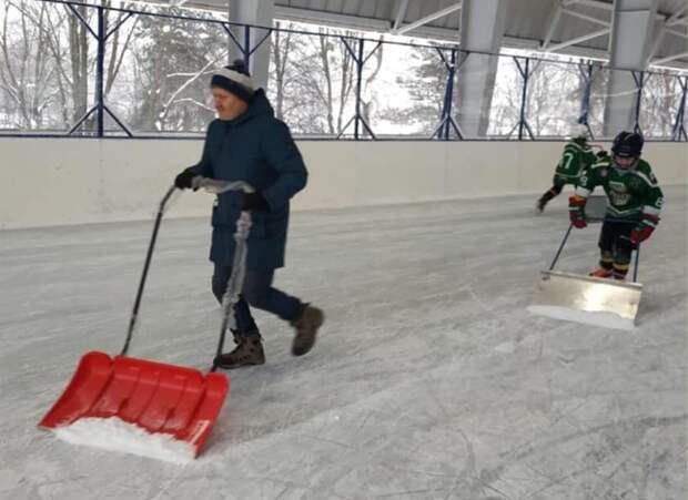 Хоккеисты и конькобежцы из Лианозова помогли дворникам расчистить снег